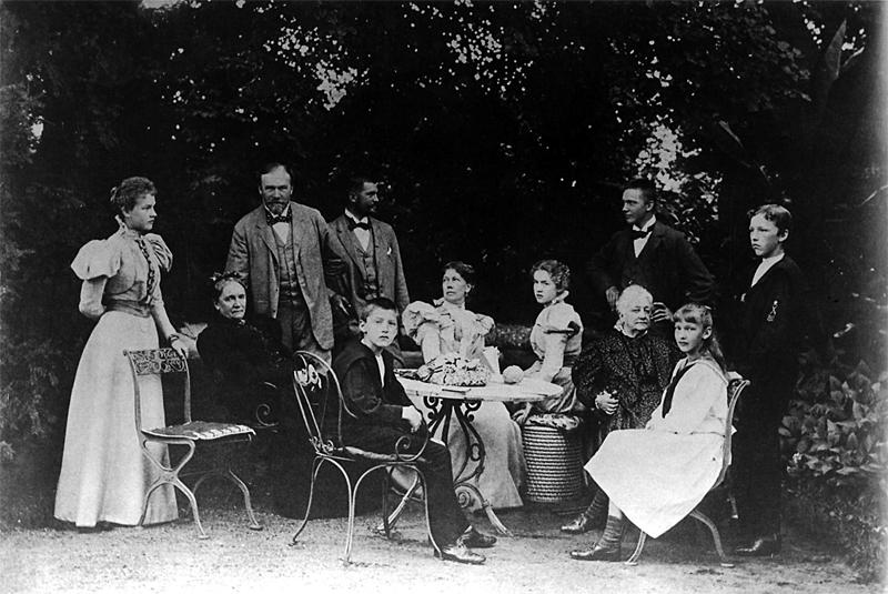 La familia en Liebenberg, 1900. Desde izq., de pie: Adine, el padre Philipp príncipe de Eulenburg, el secretario Kistler, Friedrich-Wendt, Sigwart. Sentados: abuela Alexandrine, Karl, la madre Augusta, Lycki, abuela Sandels, Tora