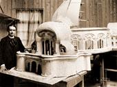 Rudolf Steiner con la maqueta del primer Goetheanum