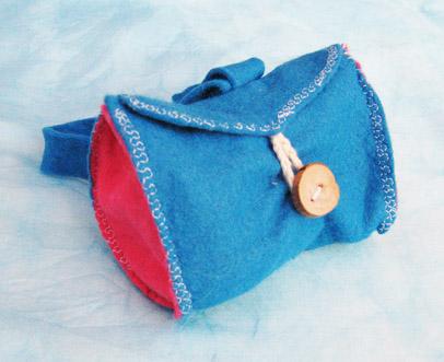 Mochila azul de fieltro