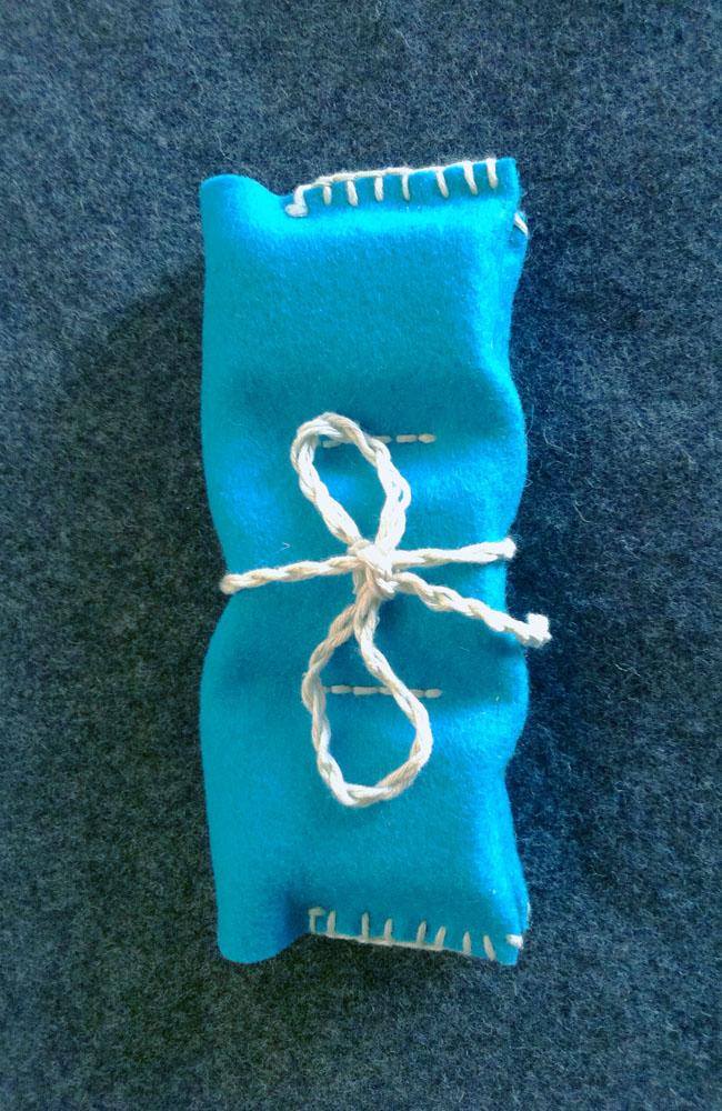 estuche-azul-turquesa-de-fieltro-con-6-colores-de-cera-stockmar