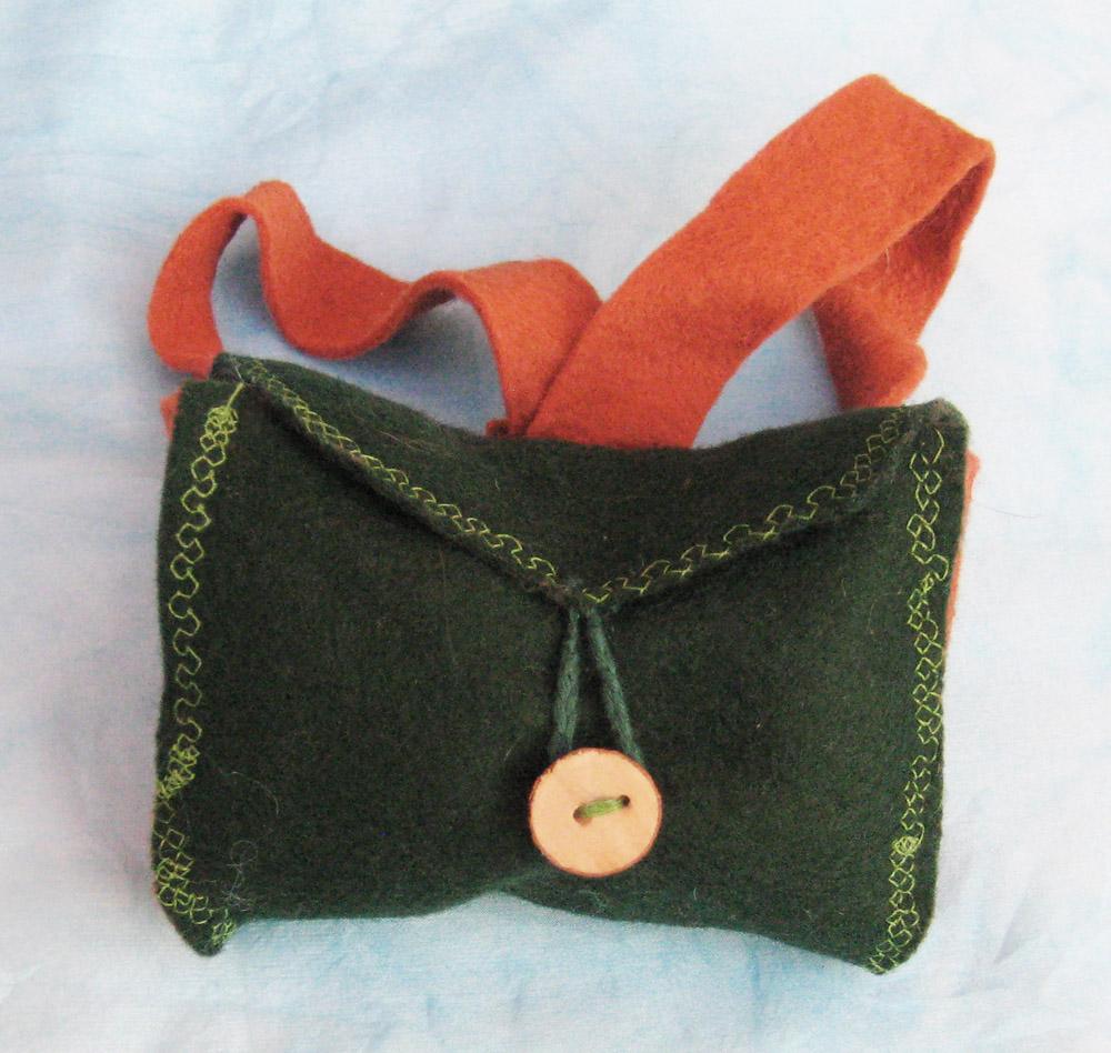 mochila-verde-de-fieltro-para-muneca-waldorf-de-miembros