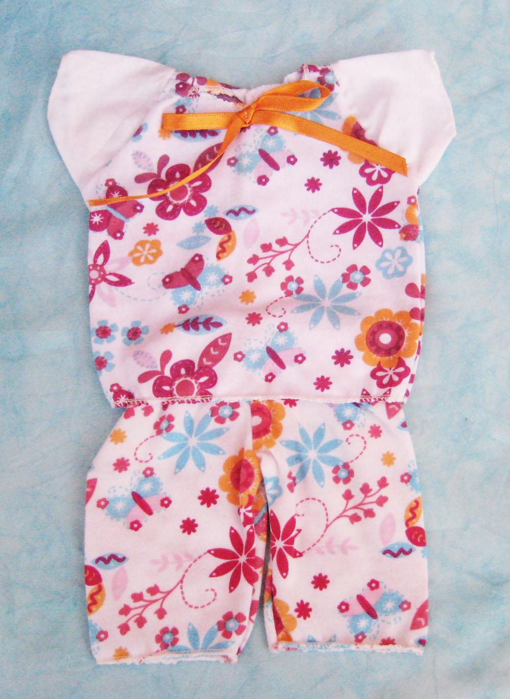 pijama-con-estampado-de-flores-para-muneca-waldorf