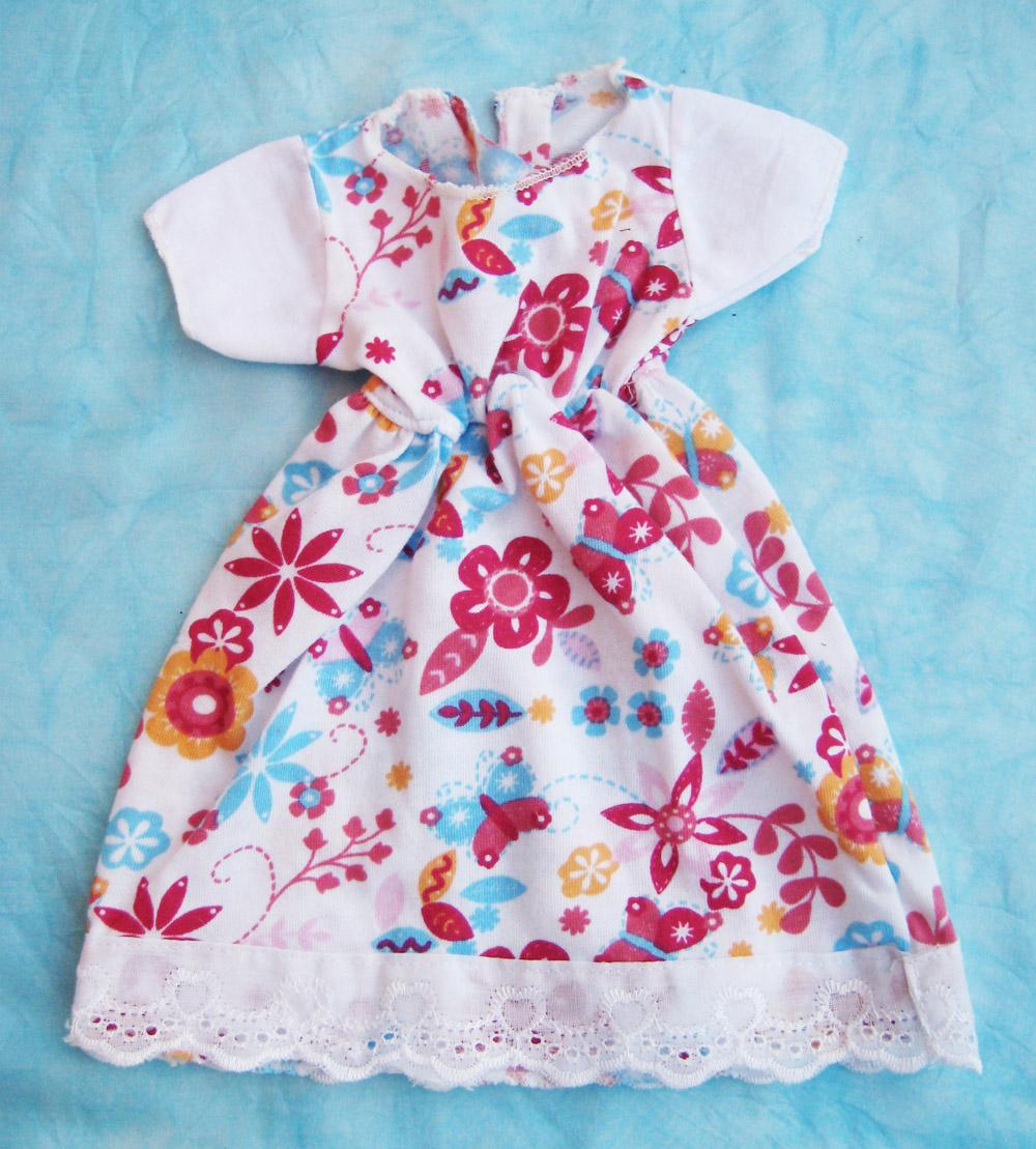 vestido-con-estampado-de-motivos-florales-para-muneca-waldorf