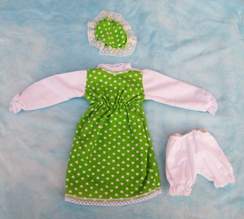 vestido-con-estampado-verde-de-corazones-para-muneca-waldorf